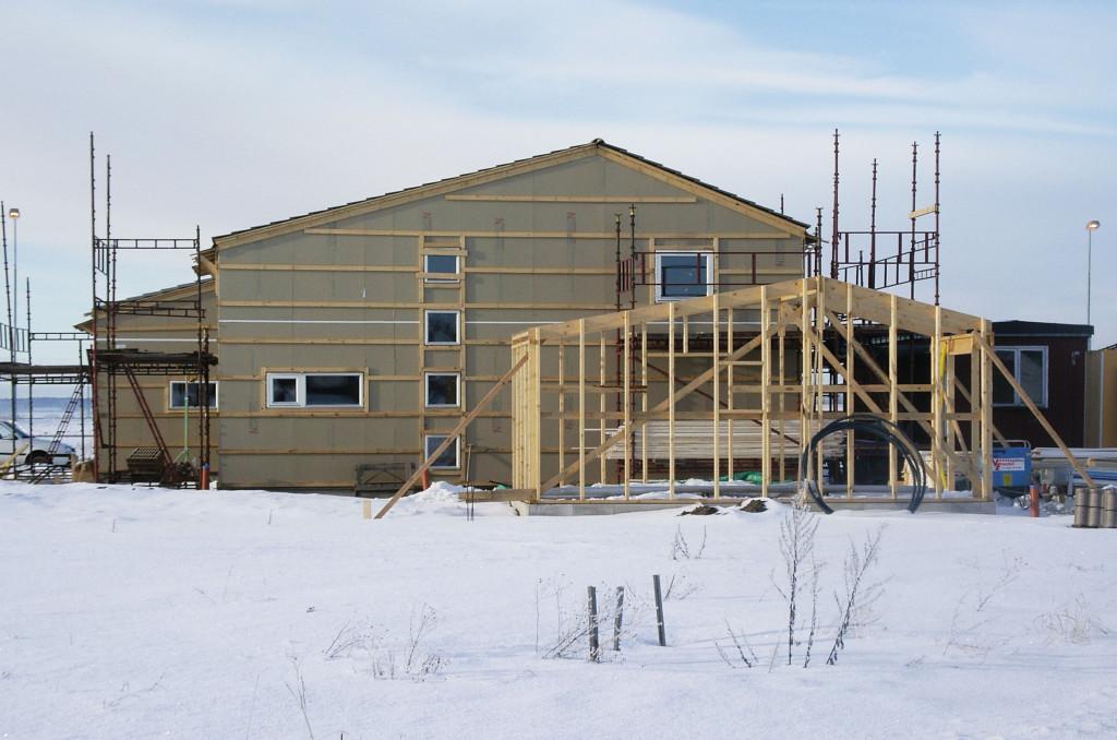 Bilden visar en pågående byggnation av en fastighet