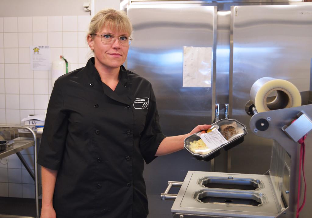 En kvinna som håller i en matlåda