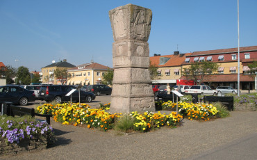 Bilden föreställer en stenskulptur formad som en kärve placerad på torget i Vara.