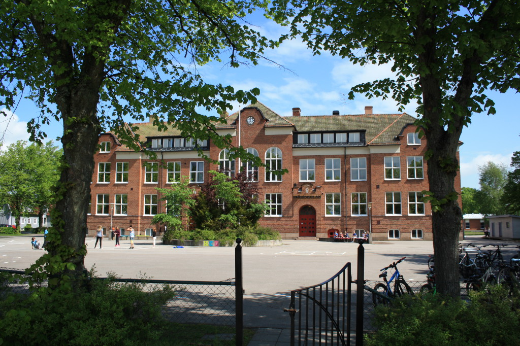 Bilden visar Parkskolan i Vara tätort.