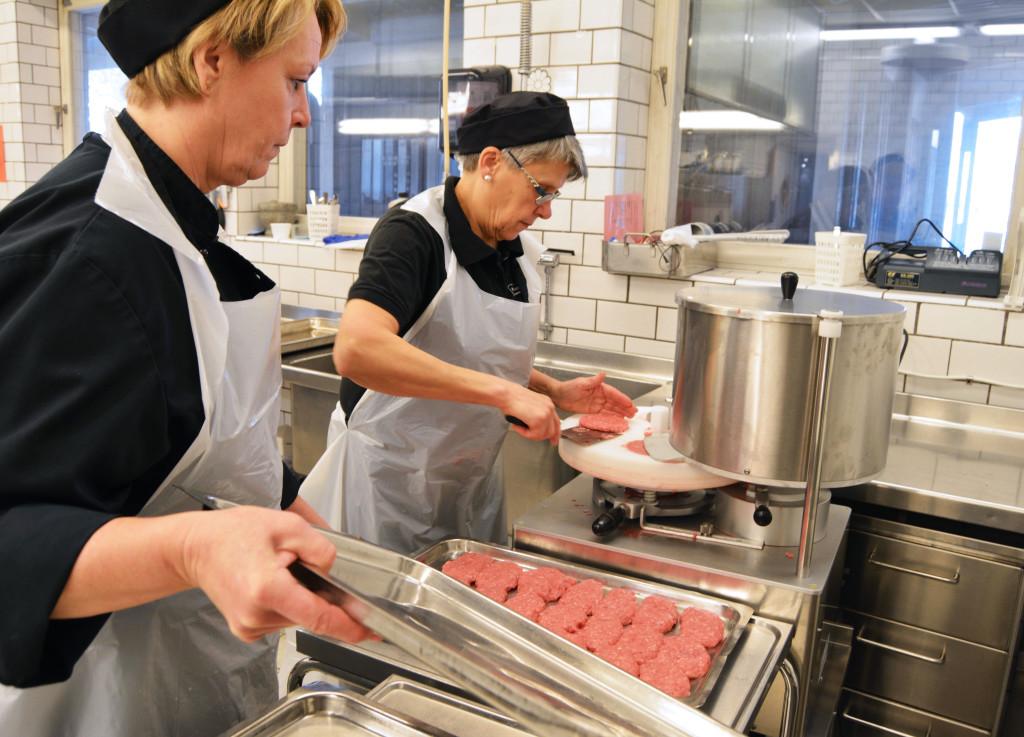 Kökspersonal förbereder mat.