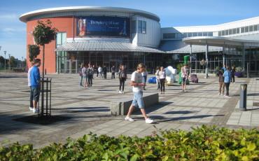 Elever som rör sig utanför konserthusets entré