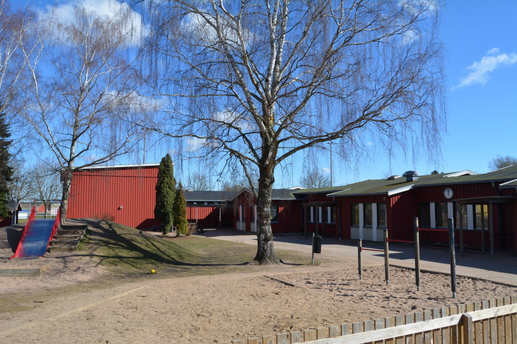Bilden visar skolan i Tråvad.