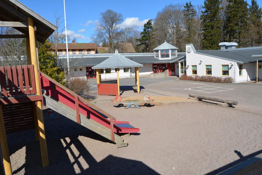 Bilden visar skolgården till Vedum skola.