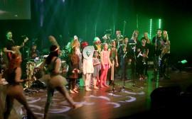 En grupp barn på en scen.