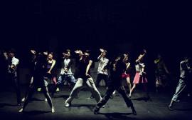 Ungdomar som dansar på en scen
