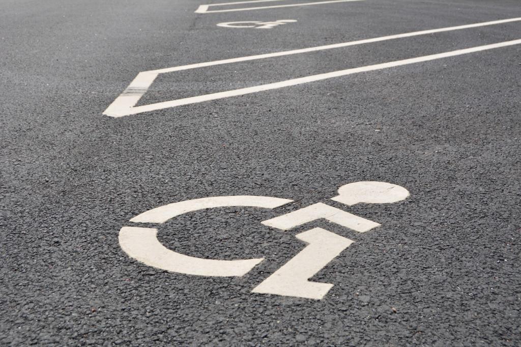 Trafikmärke handikapparkering på asfalt
