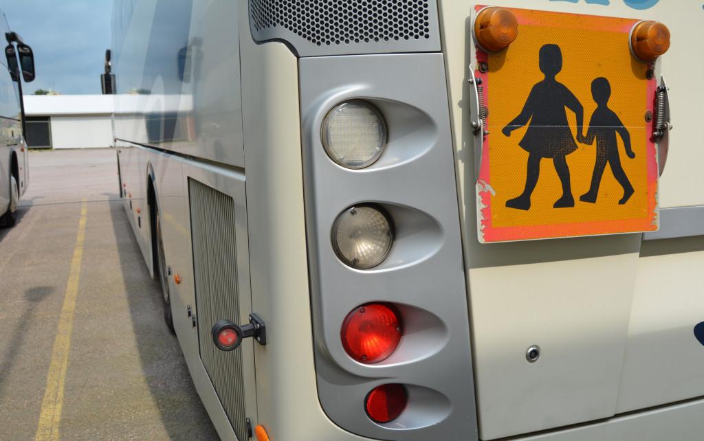 Buss med en skylt för skolbarn