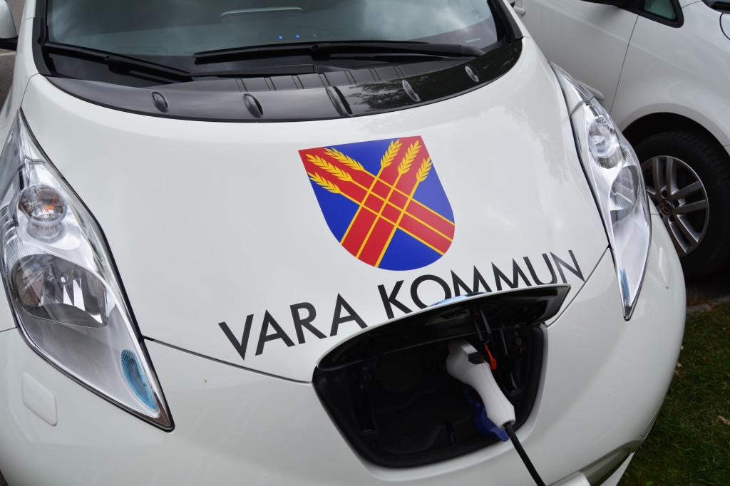 Bilden visar en bil som laddas med el