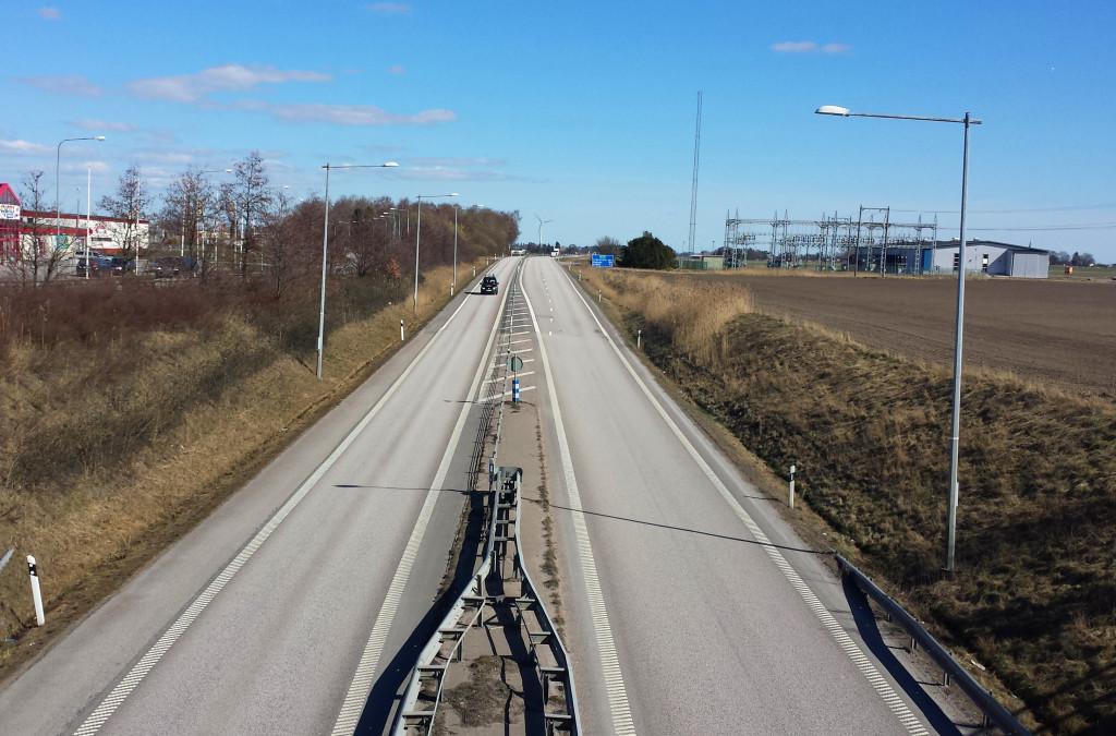 Bilden föreställer en sträcka av väg E20
