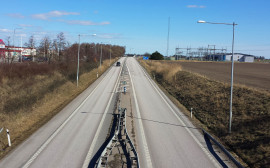 Bilden föreställer en sträcka av väg E20.
