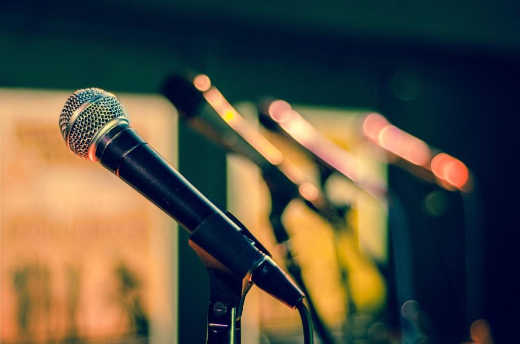 Mikrofon i stativ, i bakgrunden skymtar ytterligare 3 mikrofoner i stativ.
