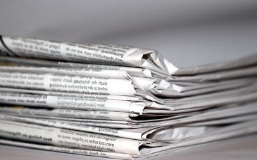 Bild på en låg stapel med tidningar