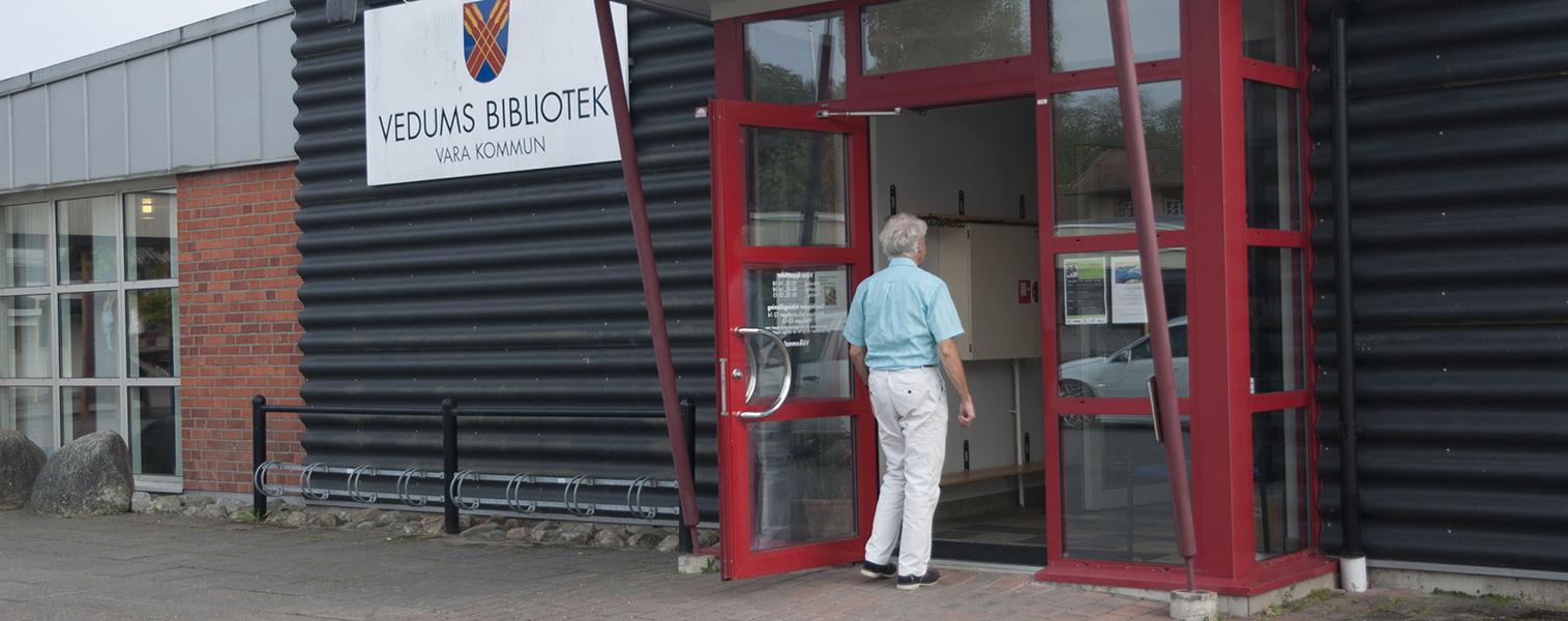 Entrén till Vedums bibliotek, någon är på väg in.