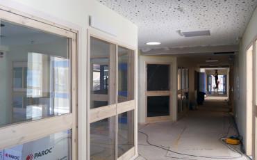 Bilden visar en korridor i en skola