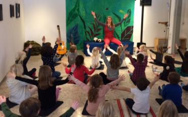 Bilden visar barn som sitter på golvet i ett klassrum.