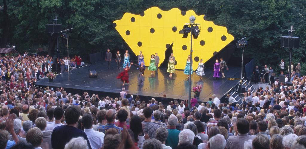 Barn på scen med stor publik