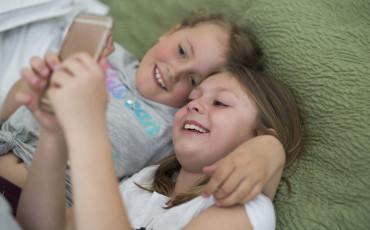 två barn som tittar på en telefon