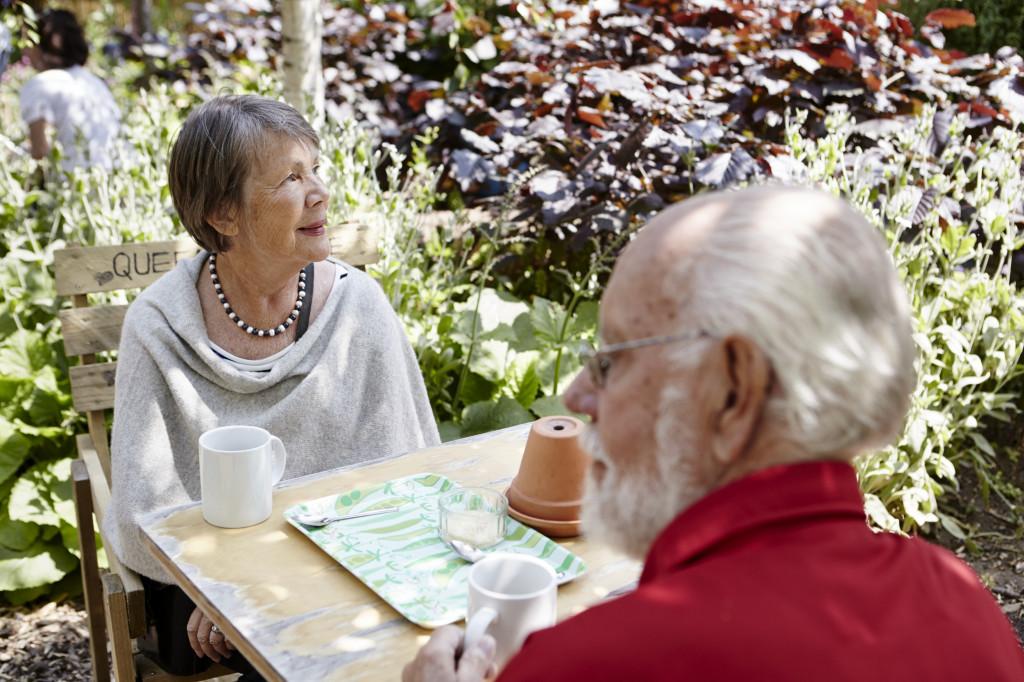 Ett par sitter vid ett bord utomhus