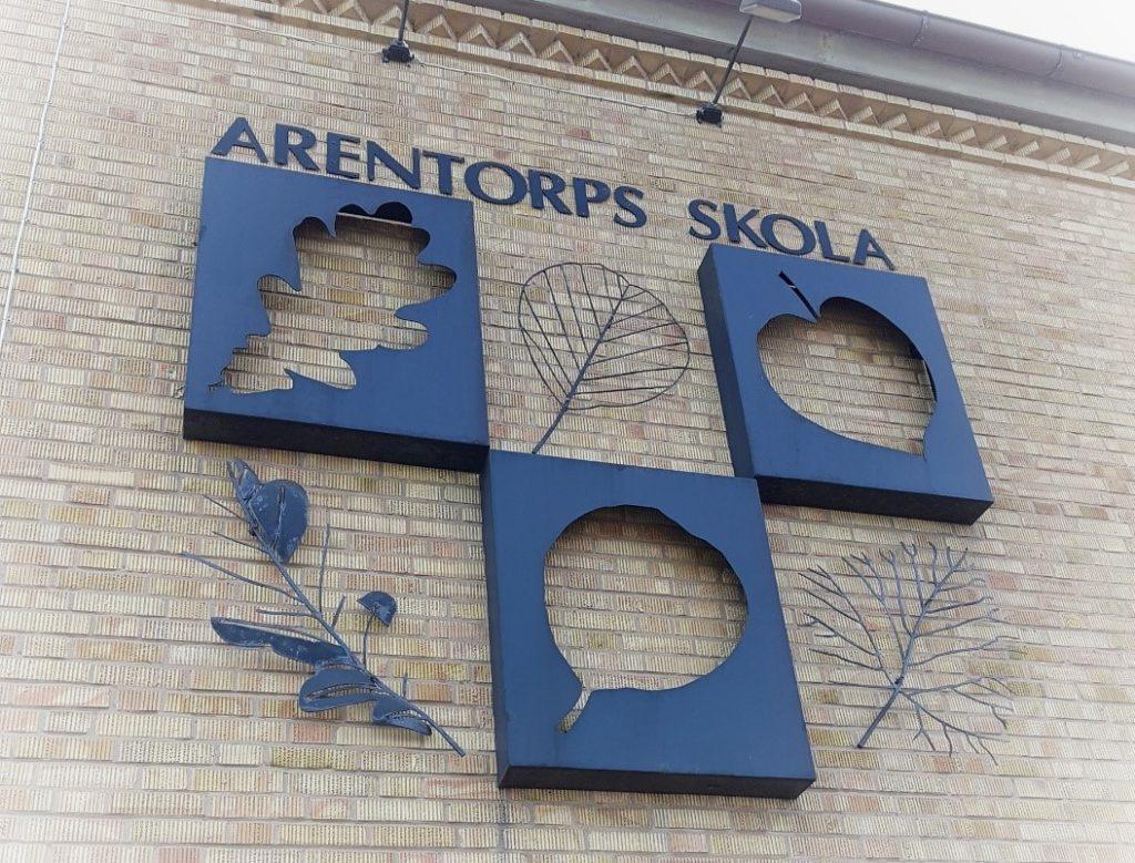 Bilden visar en dekorativ vägg av Arentorp skola