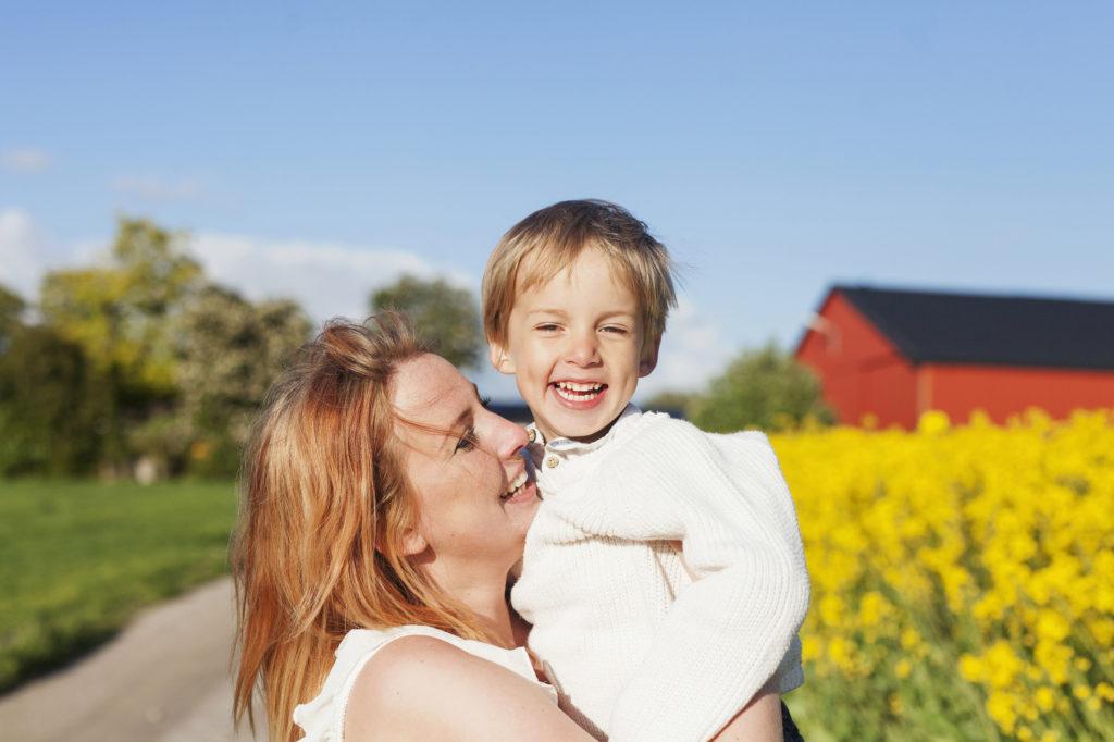 Bild på en kvinna och ett barn.
