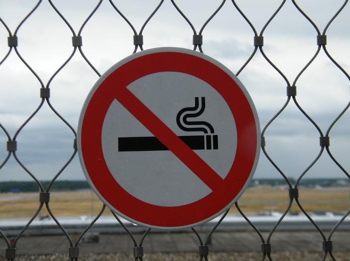 Bilden beskriver en skylt för förbud för rökning