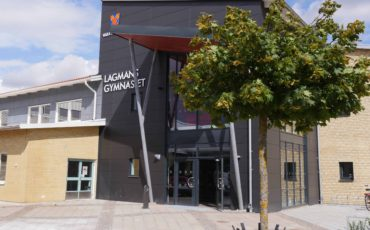 Bilden visar huvudentrén på Lagmansgymnasiet