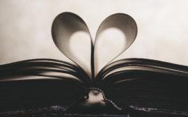Uppslagen bok där bladen bildar ett hjärta