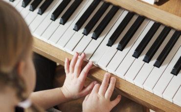 Barn som spelar piano