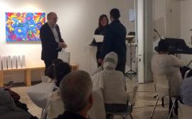 Gabriela och Elof delar ut minnesbevis.
