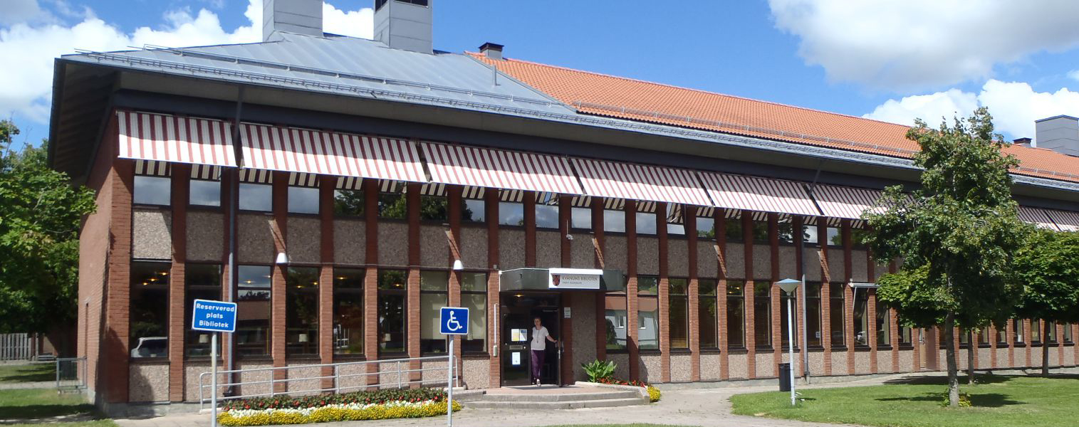 Nästegårdsskolan och bibliotekets entré.