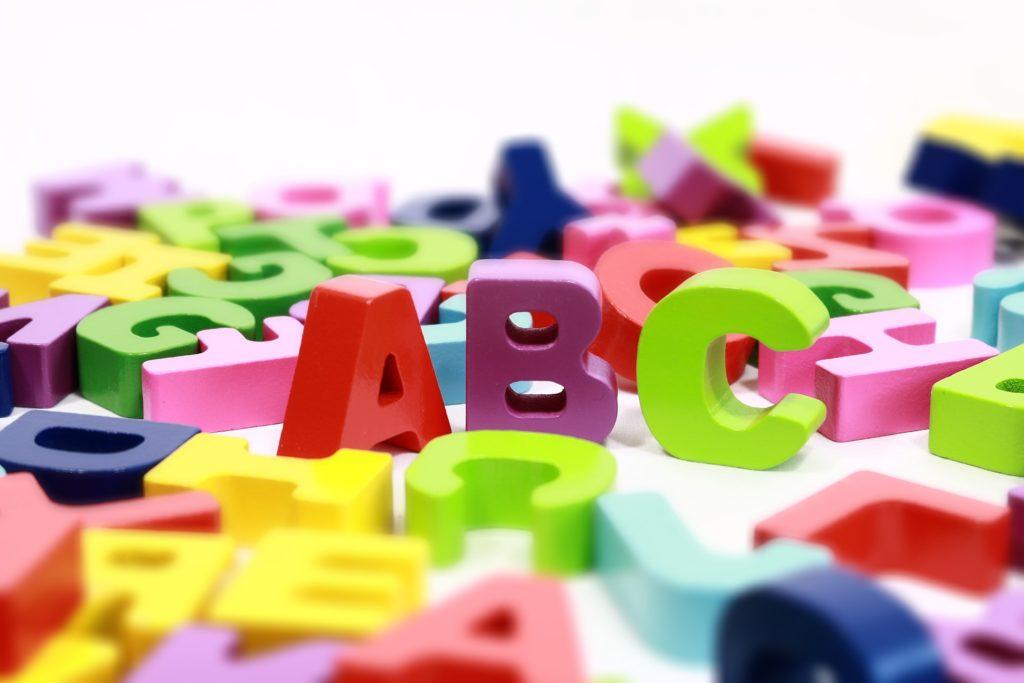 Massor av plastbokstäver i olika färger