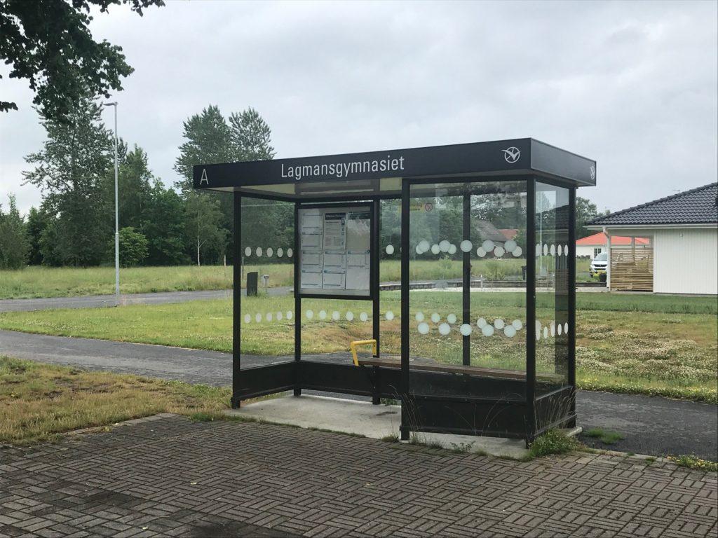 Bilden visar en busskur utanför Lagman