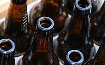 Bilden visar bruna glasflaskor