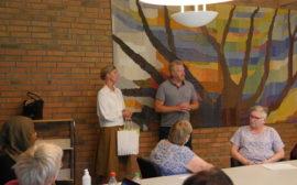 Ylva Morén och Ulf Genitz ger en gåva till vårdpersonal.
