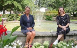 Anna och Gabriela vid fontänen i Badhusparken.