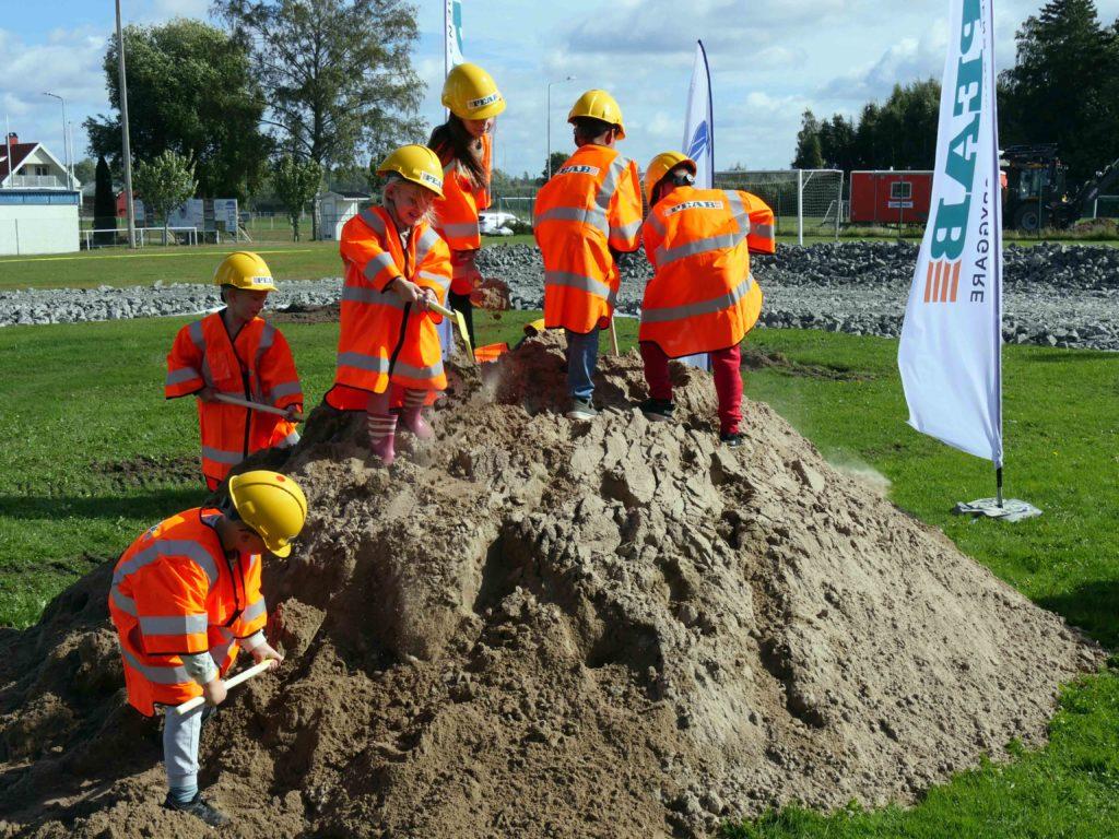 Elver tar första spadtaget för den nya skolan och förskolan i Tråvad.