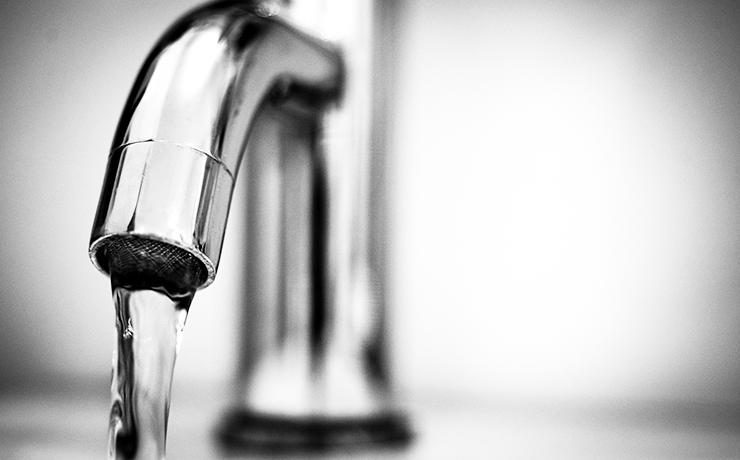 En vattenkran. Från kranen kommer vatten.
