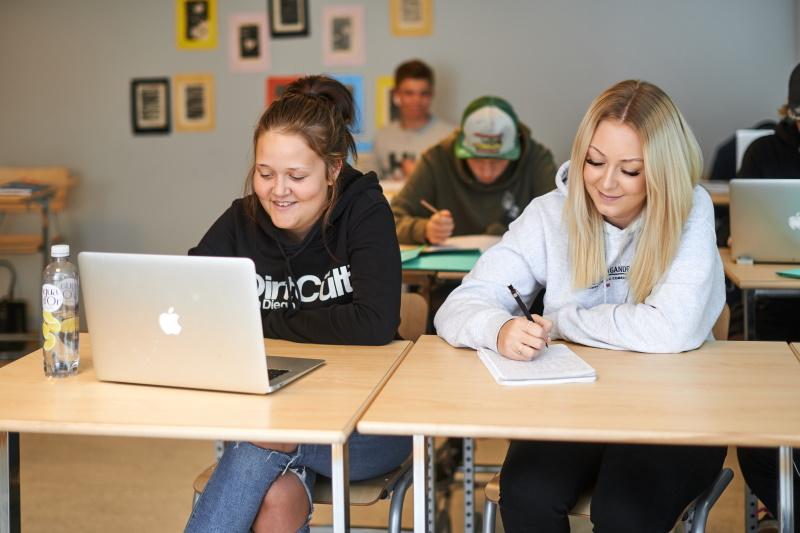 Fyra elever från introduktionsprogrammet i ett klassrum