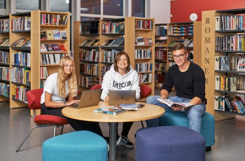 Tre elever i Lagmansgymnasiets bibliotek