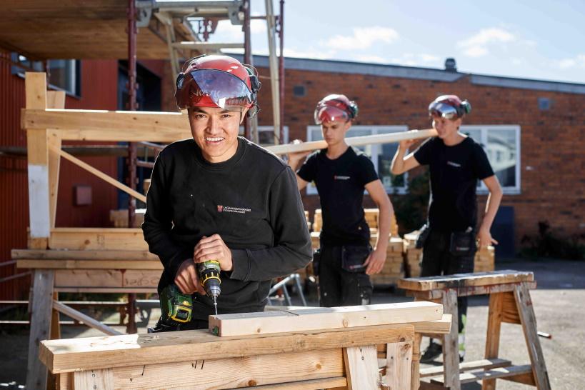 Tre elever på byggprogrammet har en praktisk lektion.