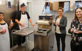 Kommunalråd och kommundirektör besöker medarbetare på Solgårdens kök.
