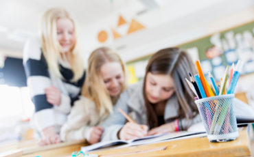 Bilden visar elever i skolmiljö.