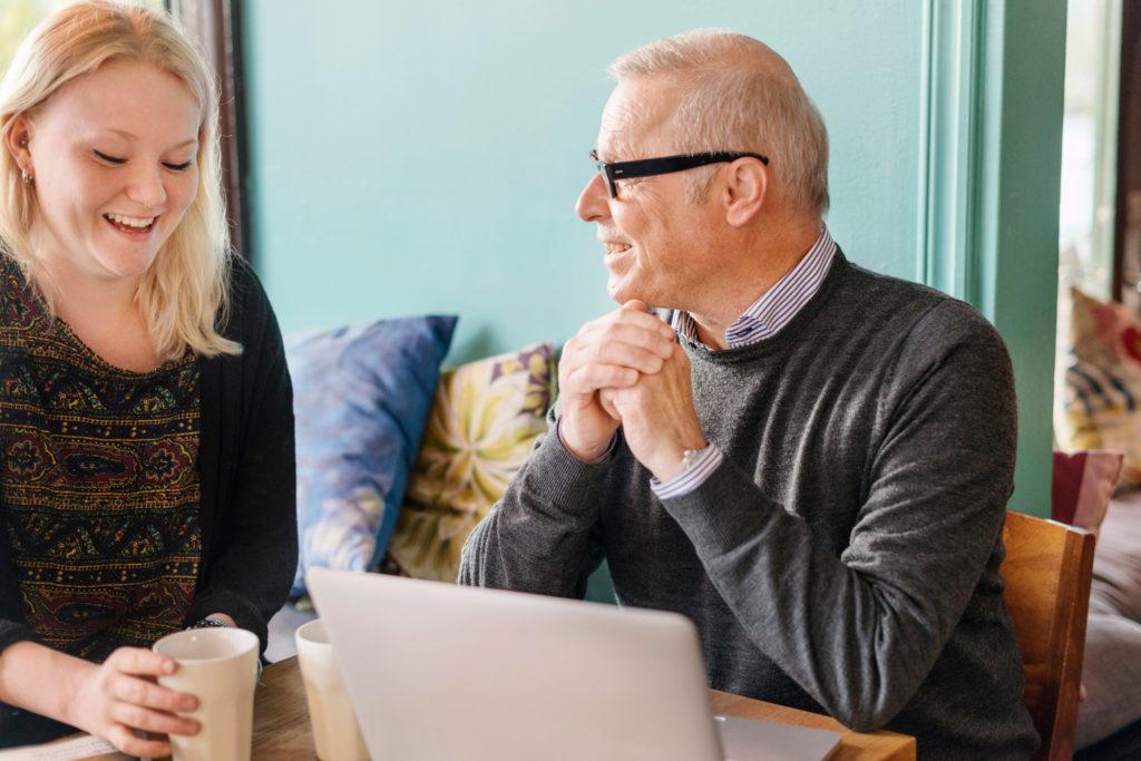 Bilden visar två personer som möts.