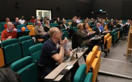 Bilden visar ett kommunfullmäktigemöte.