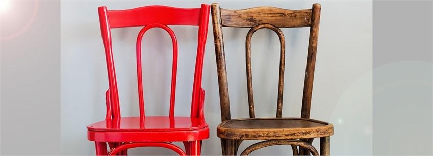 En röd stol och en trästol.