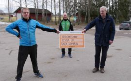 Kommunstyrelsens ordförande Lars Gezelius tillsammans med Lars Olandersson och Ove Branell från Ryda SK.