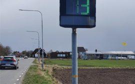 Stolpe med en display som visar hastighet på passerande fordon.