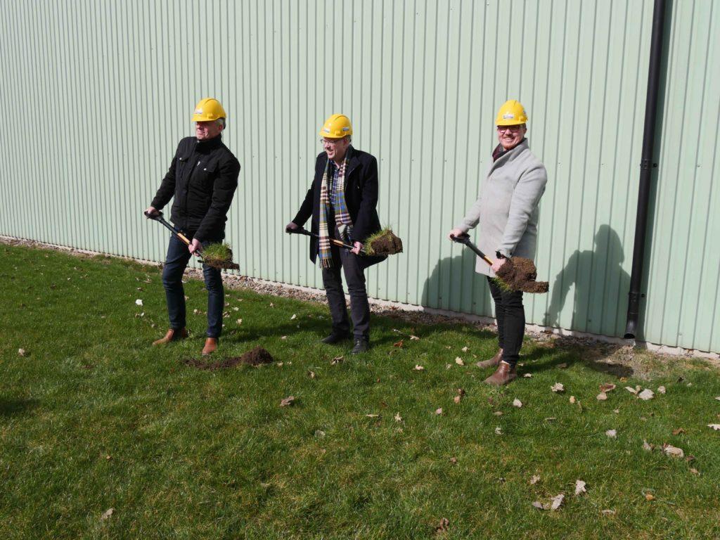 Peter Jonsson, Carl-Uno Olsson och Magnus Fridén från bildningsnämnden tog det traditionsenliga första spadtaget. Fotograf: Julia Karlsson.