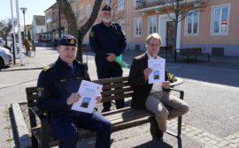 Poliserna Johan Rexhag, Torbjörn Walthersson tillsammans med kommunalrådet Lars Gezelius.